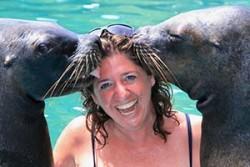 """სერიიდან """"ჩასაყლაპი"""",  ზღვის ლომი ადამიანს ძაღლივით ეთამაშება!"""