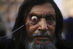უცნაური ადათები: ინდოელი სუფიების მიერ თვალის კაკლის ბუდიდან ამოგდება